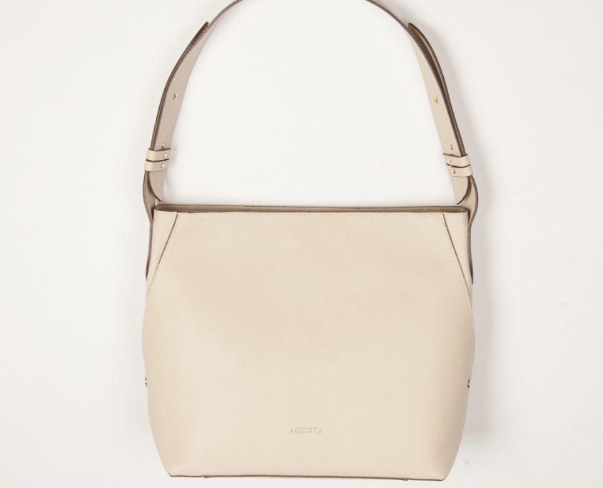 Bolso de estilo atemporal, perfecto para acompañar cualquier look, discreto y elegante