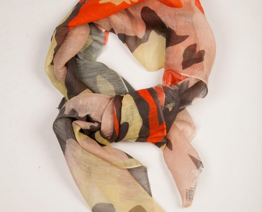 Los colores y sus combinaciones con complementos y bolsos es otro acierto de Acosta, siempre pendiente de los detalles