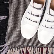 zapatillas blancas y bufanda