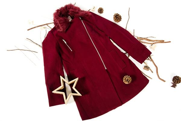 abrigo rojo y estrella