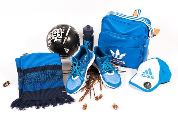 mochila, gorra y botines azules