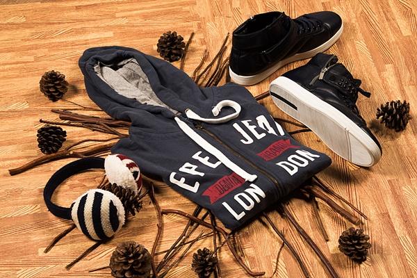 sudadera oscura y botines negros