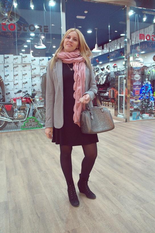 Gente con style_madrid_chica bufanda rosa