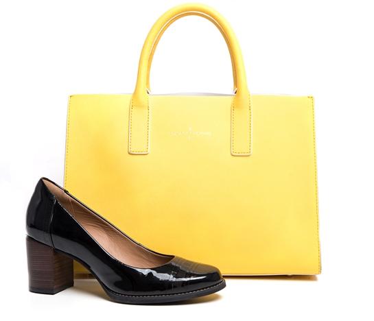 combo zapatos negros y bolso amarillo