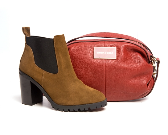 combo botines marrones y bolsos rojo