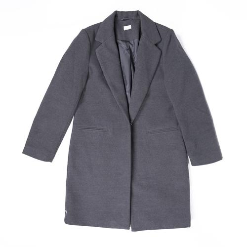 abrigo gris con solapas