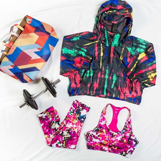 bodegon deporte con prendas de colores