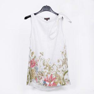 blusa blanca con flores en el bajo