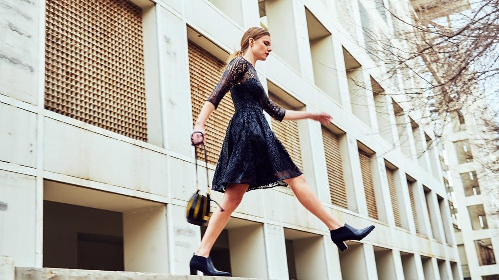 look vestido negro troquelado