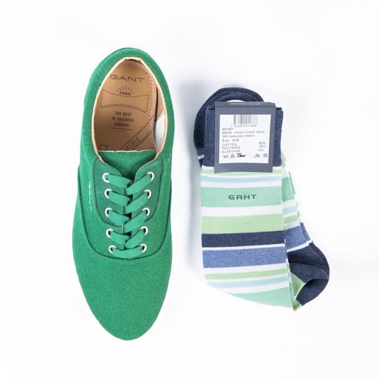 zapatillas verdes y calcetines