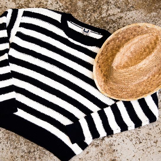 sombrero y jersey de rayas
