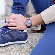zapatillas y reloj azules