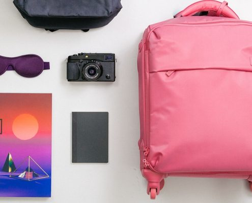 bodegón maleta rosa