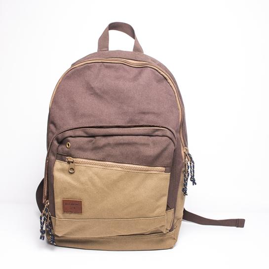mochila marrón y beige
