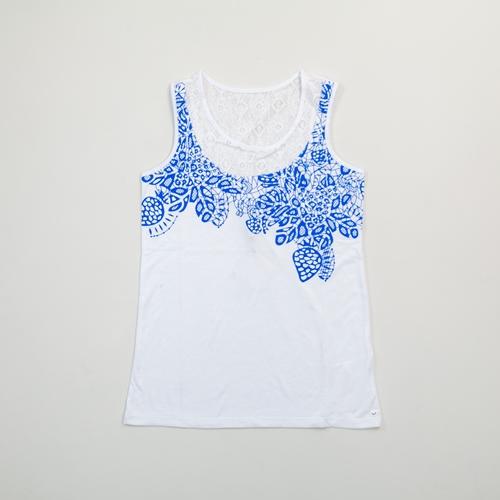 camiseta blanca y celeste