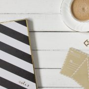 bodegón cuaderno y cafe