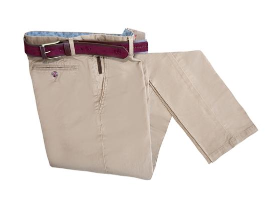 pantalón beige con cinturón