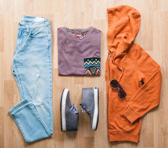 look vaqueros y sudadera naranja