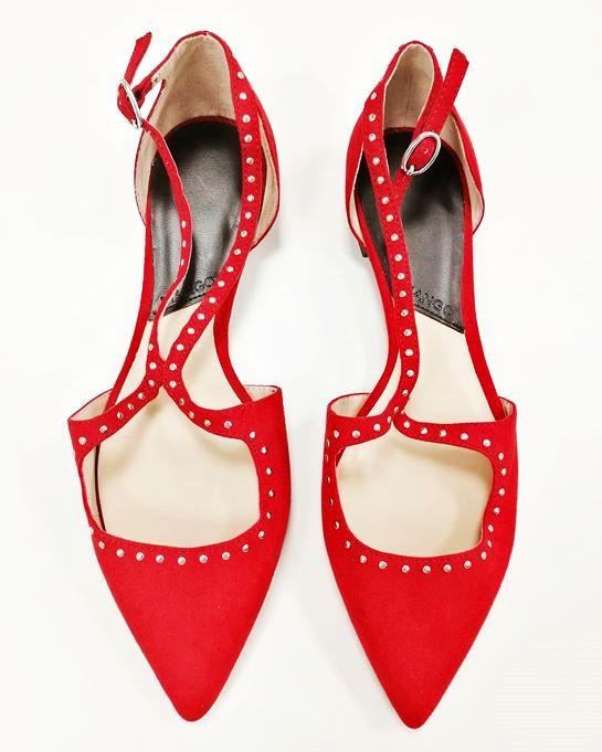 zapatos de punta rojos