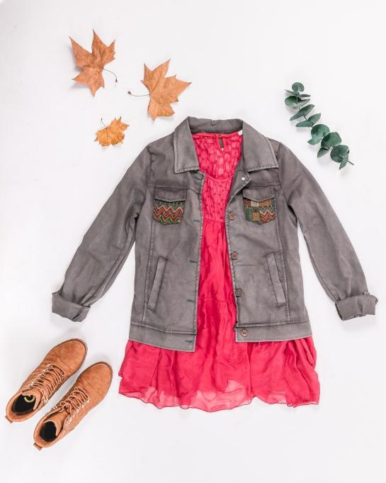 look chaqueta vaquera y vestido coral