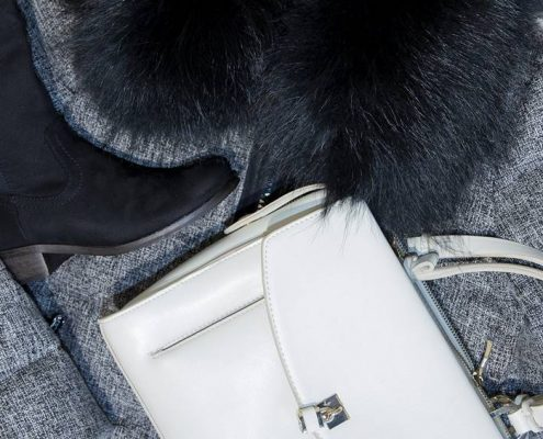 bolso blanco y abrigo pelos