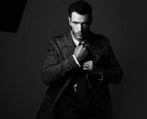 look masculino abrigo y corbata