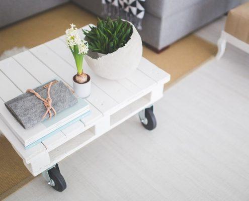 Palé-mesa blanca con flores y libros
