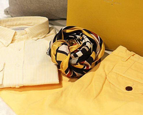 Camisa, pantalón, pañuelo y cartera. Bodegon amarillo