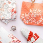 bolso y pañelos con estampados marinos tonos coral