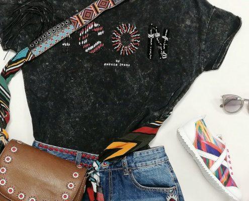 camiseta Garcia Jeans, Short y bolso Desigual, zapatillas Munich, gafas Guess