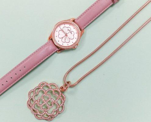 reloj y collar portada