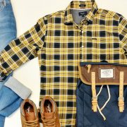 conjunto de ropa y mochila portada