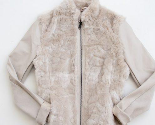chaqueta de color crema portada