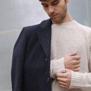 Sudadera beige y abrigo gris