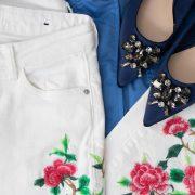 Jeans blancos y bailarinas azules