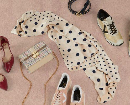 Pañuelo lunares, bolso, tacones, zapatos deportivos