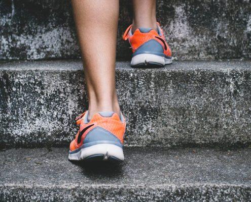 Nike naranjas escalera