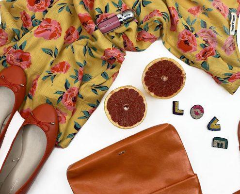 bodegón Look de noche casual bolso naranja vestido bailarinas