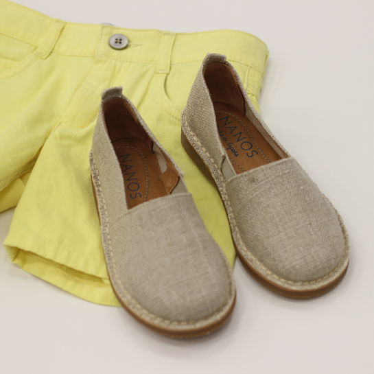 Nanos pantalón amarillo alpargatas beige