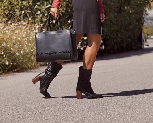 Mujer con bolso de Adolfo Domínguez negro