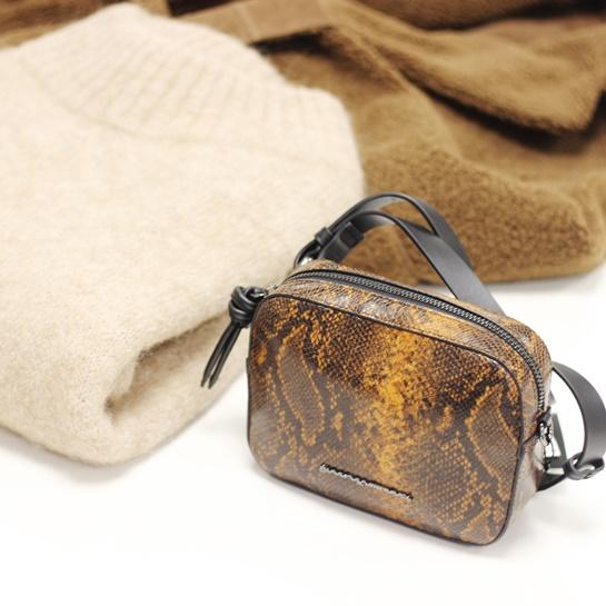 Bolso - PO 99€ Jersey PO 99€ Abrigo marrón PO 199€ - Adolfo Domínguez