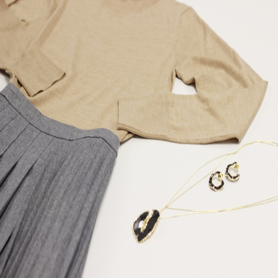 Jersey marrón - PO 19€ Falda gris- PO 84€ Colgante negro - PO 19€ - Adolfo Domíguez